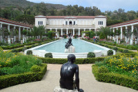 Оплачиваемые стажировки в Лос-Анджелесе доступны студентам, которые намерены продолжить карьеру в областях, связанных с изобразительным искусством.