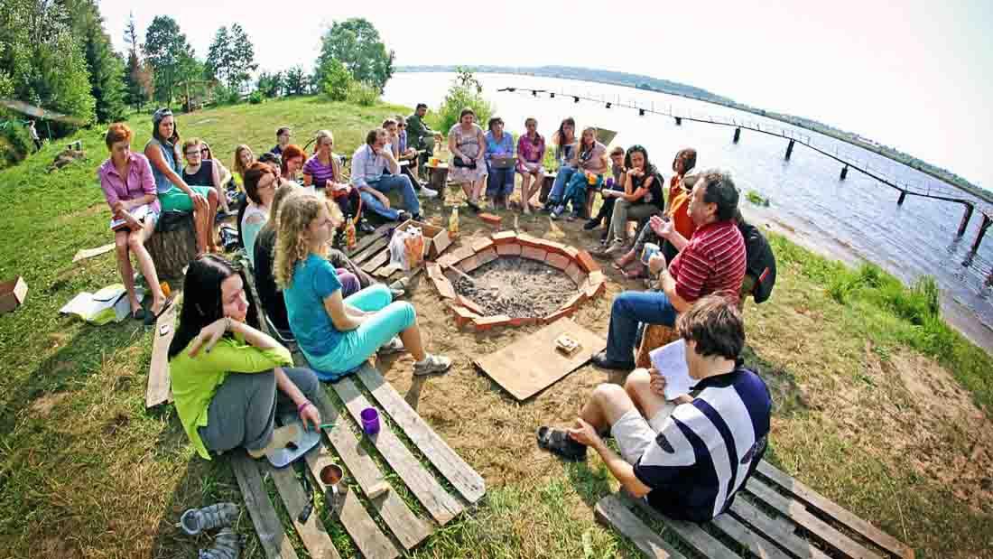 Мероприятие проводится в течение 4-5 недель в июле-августе. Оно представляет собой палаточный лагерь и стационарные помещения для учебной и проектной работы.